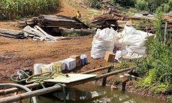 Fiscais flagram embalagens de agrotóxicos descartadas às margens de córrego em propriedade rural
